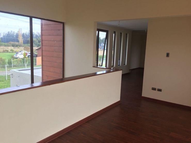 Constructora Rukalihuen Mediterranean style corridor, hallway and stairs
