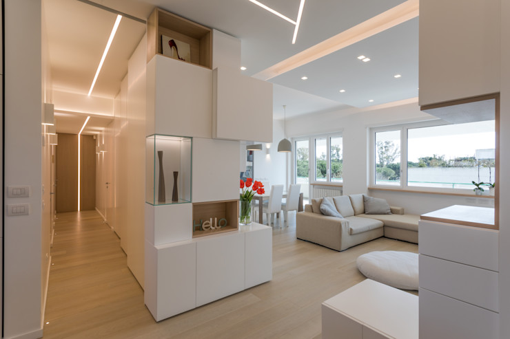 Casa <q>FG</q> bianco scolpito MAMESTUDIO Ingresso, Corridoio & Scale in stile moderno