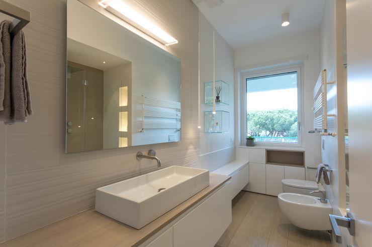 Casa <q>FG</q> bianco scolpito MAMESTUDIO Bagno moderno
