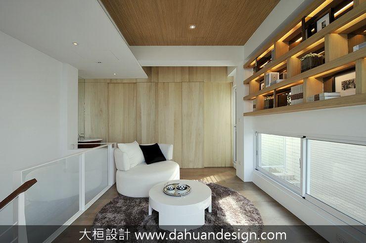 大桓設計顧問有限公司 Ingresso, Corridoio & Scale in stile moderno Legno massello Effetto legno