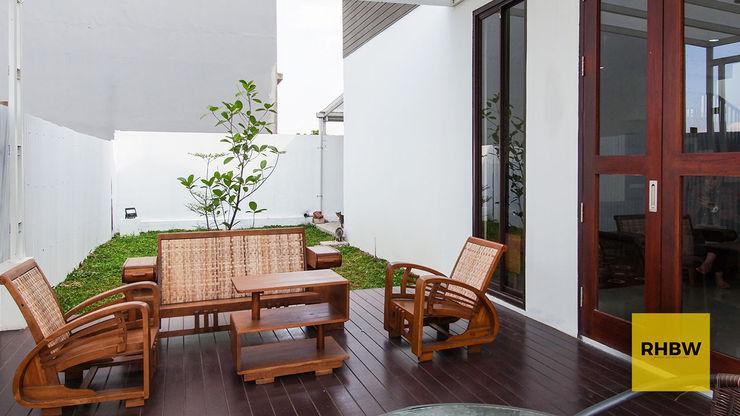 Architecture and Interior RHBW Balkon, Beranda & Teras Modern