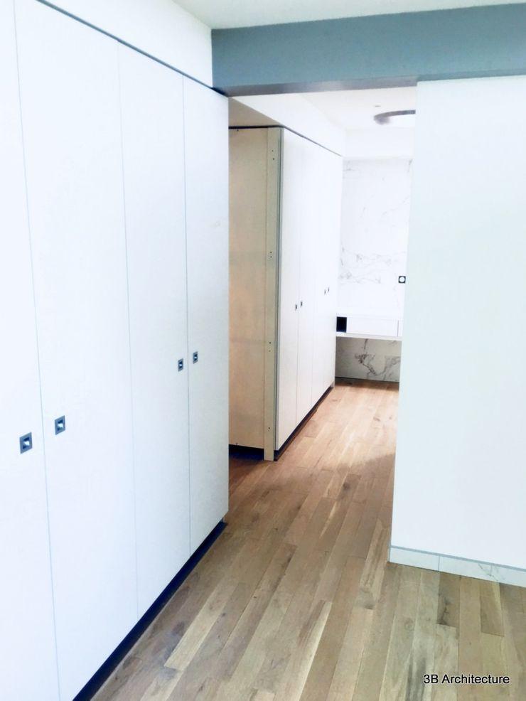 Réalisation d'un dressing sur mesure pour la suite parentale. Discretion et sobriété. 3B Architecture Dressing moderne Bois composite Blanc