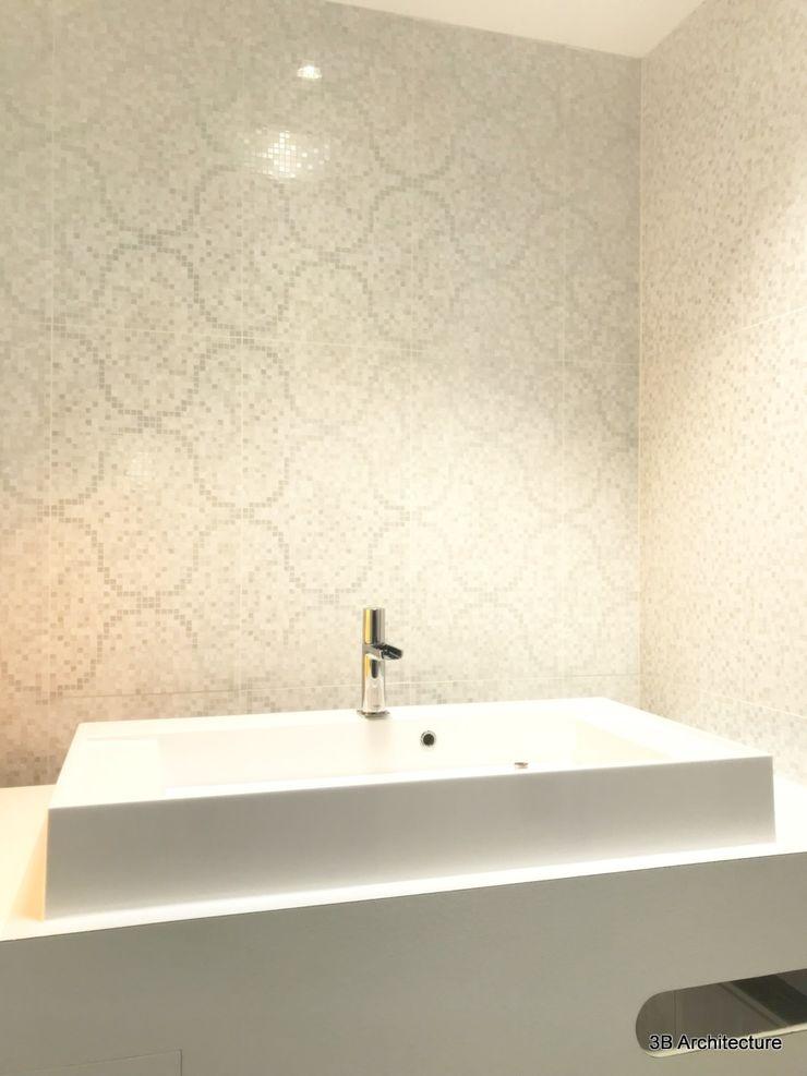 De tons clairs, les salles d'eau ont été traité avec une ligne épurée. 3B Architecture Salle de bain moderne Céramique Blanc