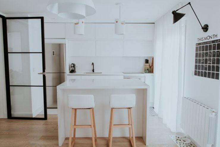 Cocina con isla central y diseño escandinavo Comodoos Interiores Cocinas escandinavas Blanco