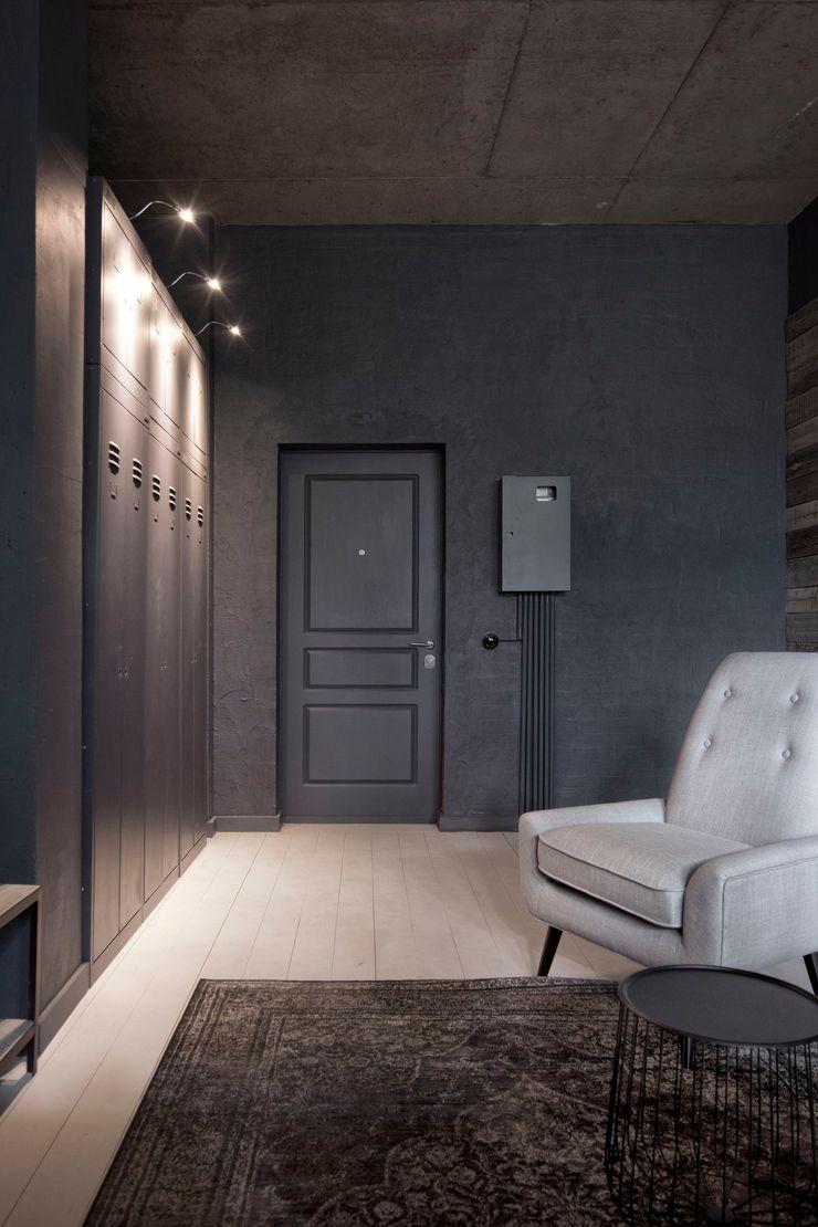 INT2architecture Ingresso, Corridoio & Scale in stile eclettico Grigio