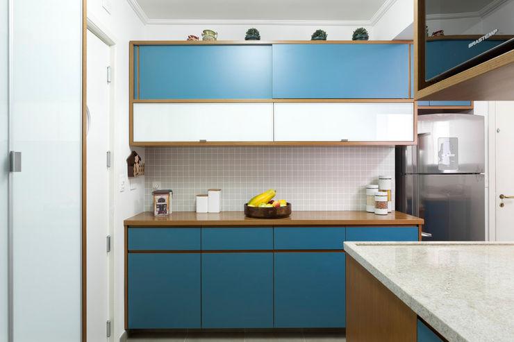 Cozinha formica azul com madeira Estudio Piloti Arquitetura Armários e bancadas de cozinha Azul