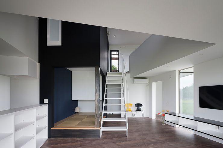 吹抜を見上げるリビングダイニング 石川淳建築設計事務所 ミニマルデザインの 多目的室 白色