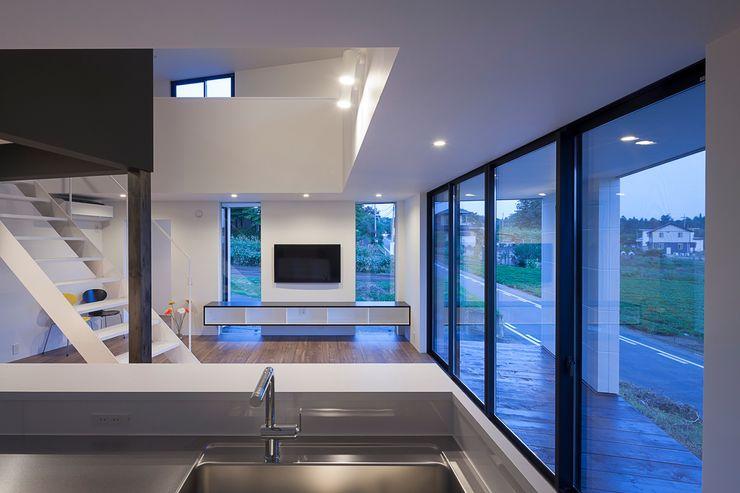 リビング夜景 石川淳建築設計事務所 ミニマルデザインの リビング 白色