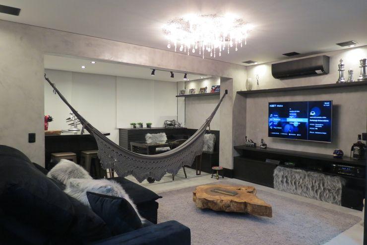 Sala de tv integrada com varanda Arquitetura Minuto Salas de estar industriais Ferro/Aço Preto