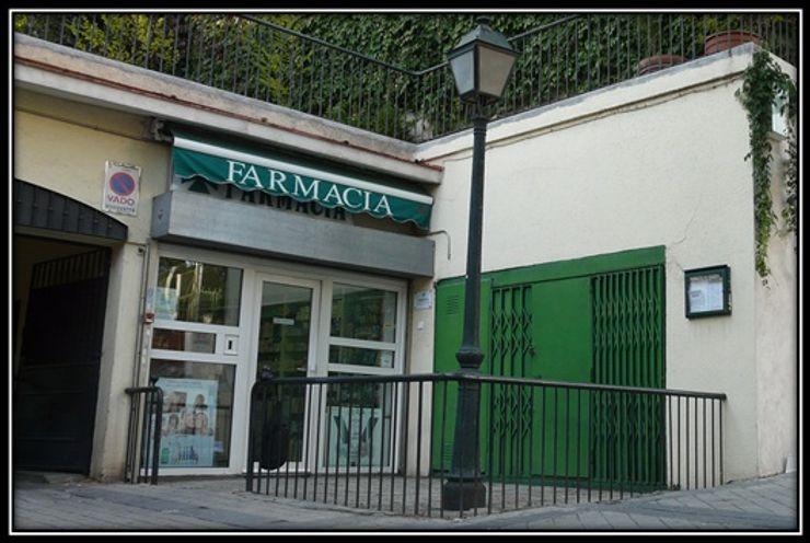 Pancho R. Ochoa Interiorismo Centre d'expositions classiques Fer / Acier Vert