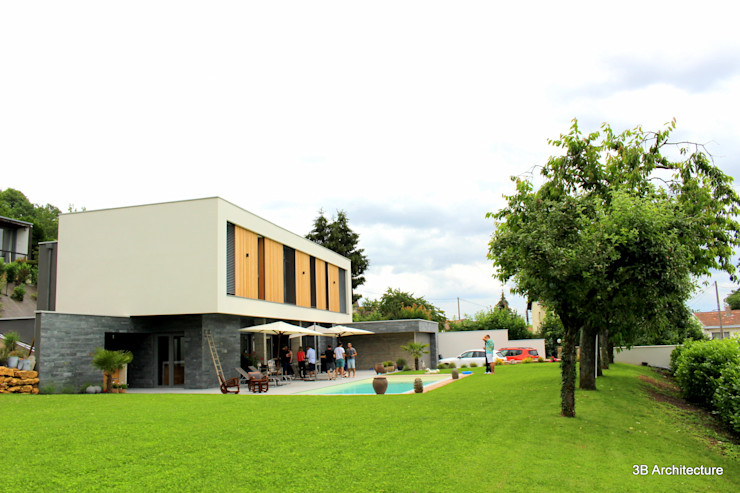 Vue de la maison inscrite dans son terrain 3B Architecture Villa Béton armé Gris