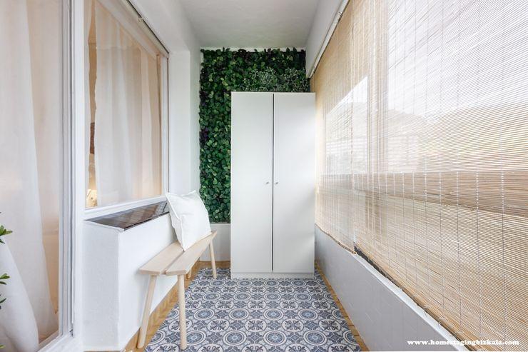 Terraza cubierta después Home Staging Bizkaia Balcones y terrazas de estilo escandinavo Blanco