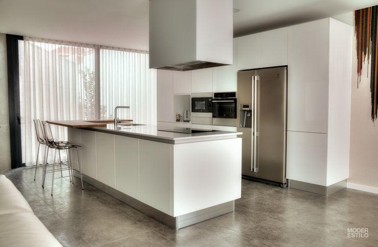 Balcão em Madeira Moderestilo - Cozinhas e equipamentos Lda Cozinhas embutidas Branco
