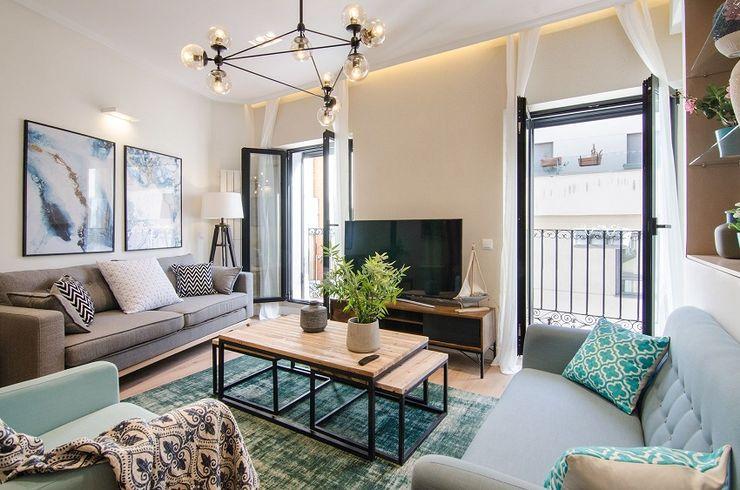 Salón con balcones de la vivienda de Nadav Rez estudio Salones de estilo moderno Madera