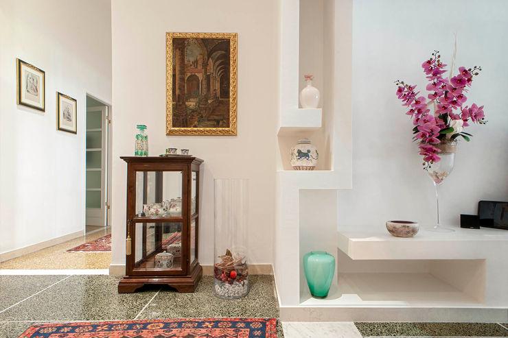 Ingresso Luca Bucciantini Architettura d' interni Ingresso, Corridoio & Scale in stile minimalista Bianco