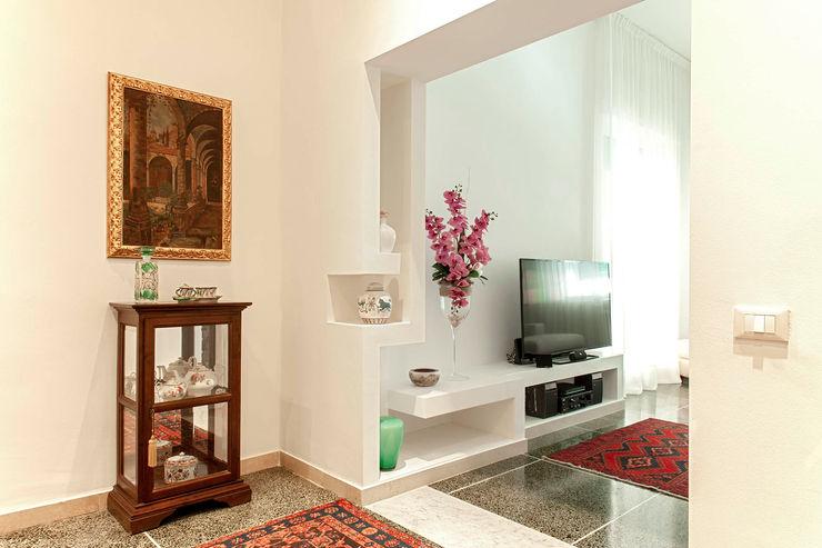 Ingresso e corridoio Luca Bucciantini Architettura d' interni Ingresso, Corridoio & Scale in stile minimalista Bianco