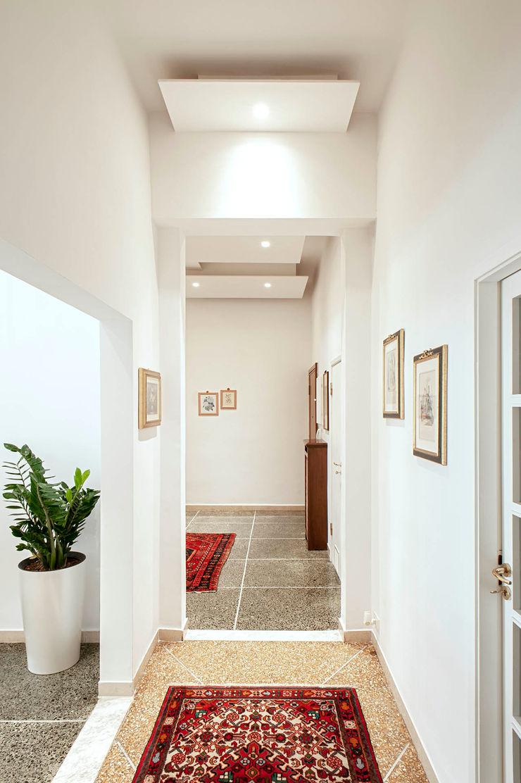 Contro soffitto Ingresso e corridoio Luca Bucciantini Architettura d' interni Ingresso, Corridoio & Scale in stile minimalista Bianco