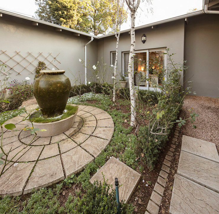 A Charming Courtyard Spegash Interiors Front yard