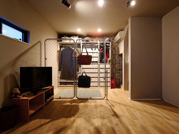 寝室のウォークインクローゼット タイコーアーキテクト オリジナルデザインの ドレッシングルーム