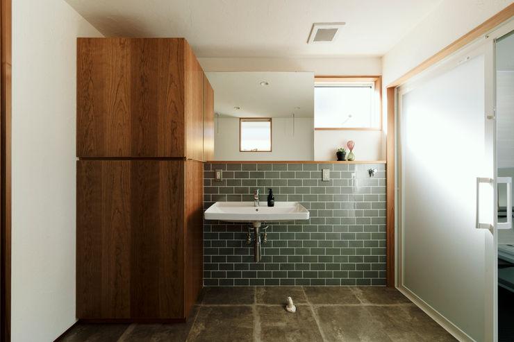 内と外を渡る家 ELD INTERIOR PRODUCTS オリジナルスタイルの お風呂 タイル