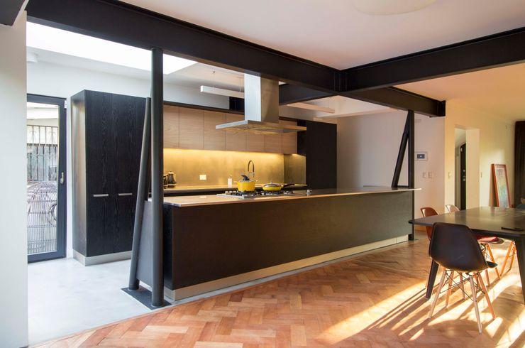 Casa El Bosque Crescente Böhme Arquitectos Cocinas equipadas Hierro/Acero Negro