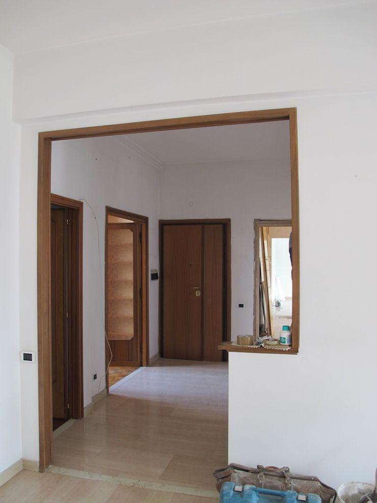 Ingresso dal soggiorno - ante operam Daniele Arcomano Ingresso, Corridoio & Scale in stile moderno