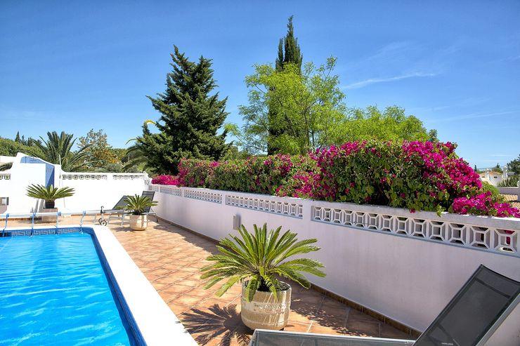 Jardim Contemporâneo com Áreas Espaçosas Jardíssimo Jardins de fachada