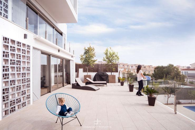 Porche exterior con toldos motorizados y jardín con piscina Francisco Pomares Arquitecto / Architect Balcones y terrazas de estilo moderno
