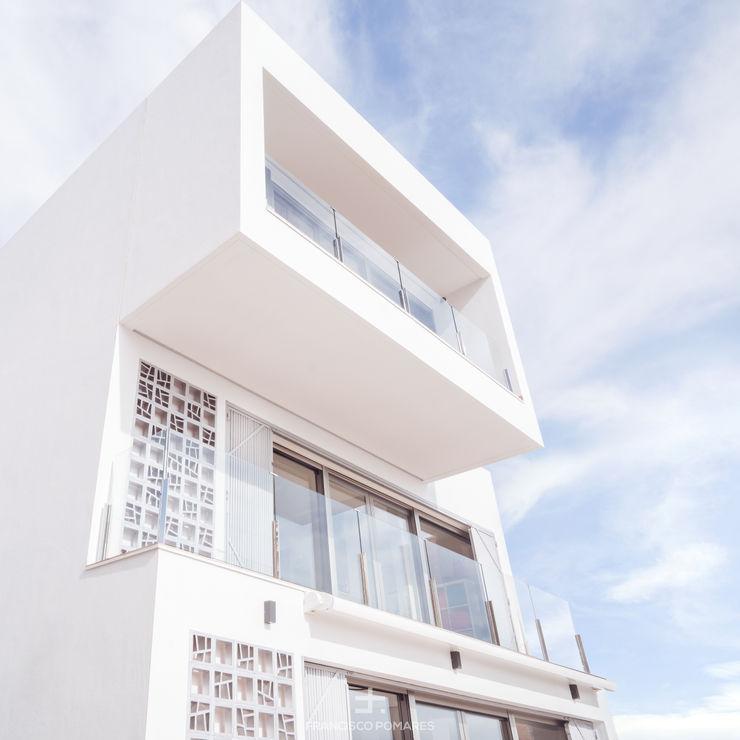 Arquitectura moderna con grandes ventanales y vistas al mar Francisco Pomares Arquitecto / Architect Casas unifamilares