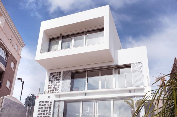 Fachada principal de la vivienda de estilo modeno Francisco Pomares Arquitecto / Architect Casas de estilo moderno
