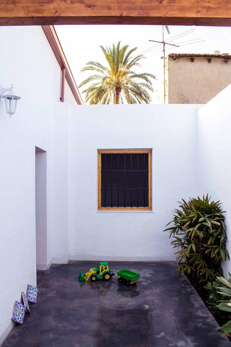Patio andaluz en casa mediterránea Francisco Pomares Arquitecto / Architect Balcones y terrazas de estilo rural Blanco