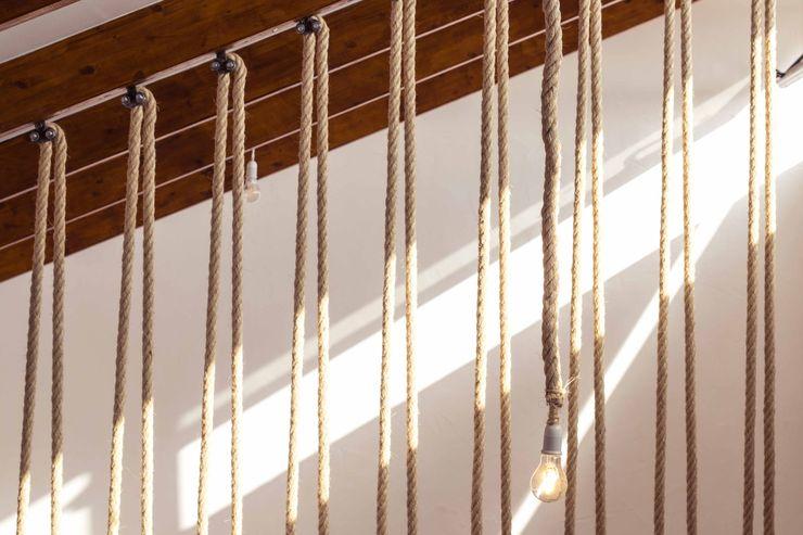 Escalera metálica con tirantes de cuerda trenzada Francisco Pomares Arquitecto / Architect Escaleras Acabado en madera