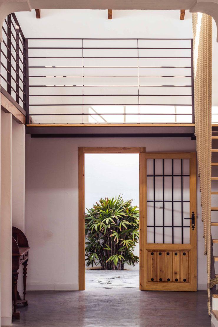 Espacio a doble altura Francisco Pomares Arquitecto / Architect Pasillos, vestíbulos y escaleras de estilo rural