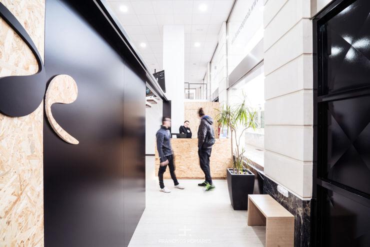 Espacio de acceso y recepción Francisco Pomares Arquitecto / Architect Clínicas de estilo minimalista