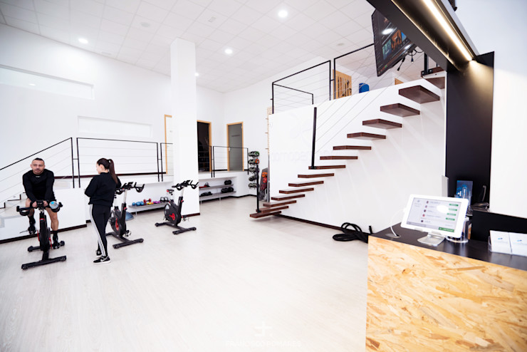 Sala a doble altura y altillo Francisco Pomares Arquitecto / Architect Clínicas de estilo minimalista