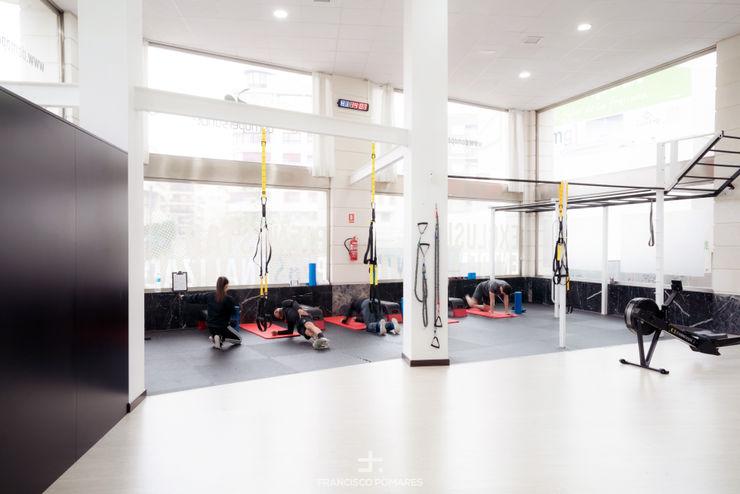 Área de fitness Francisco Pomares Arquitecto / Architect Clínicas de estilo minimalista