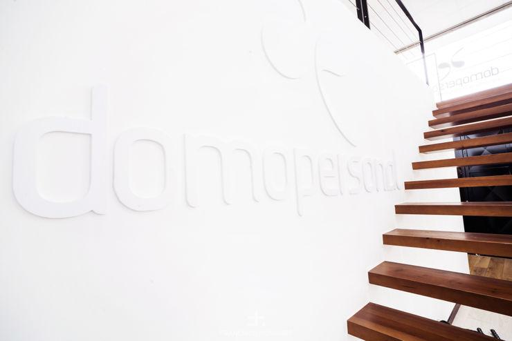 Escalera empotrada y logo Francisco Pomares Arquitecto / Architect Clínicas de estilo minimalista