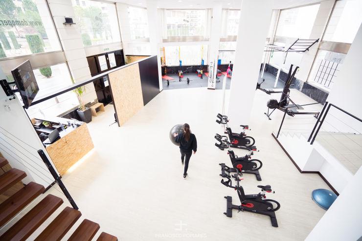 Sala central de entrenamiento Francisco Pomares Arquitecto / Architect Clínicas de estilo minimalista