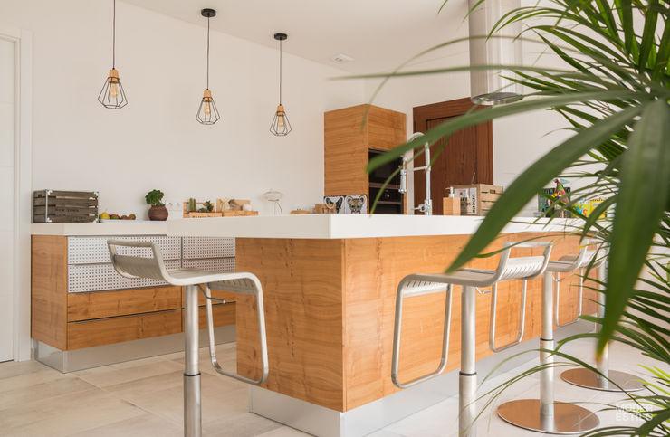Vista Geral Moderestilo - Cozinhas e equipamentos Lda Armários de cozinha Acabamento em madeira