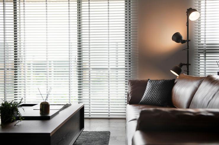 客廳沙發視角 邑田空間設計 Modern windows & doors