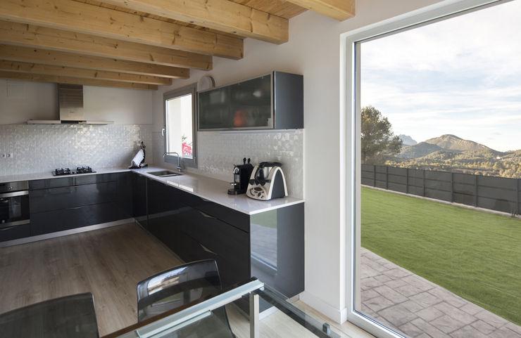 AlbertBrito Arquitectura システムキッチン 木材・プラスチック複合ボード 灰色