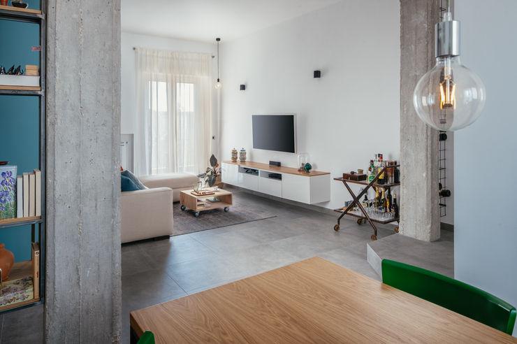 Living manuarino architettura design comunicazione Soggiorno in stile industriale Bianco