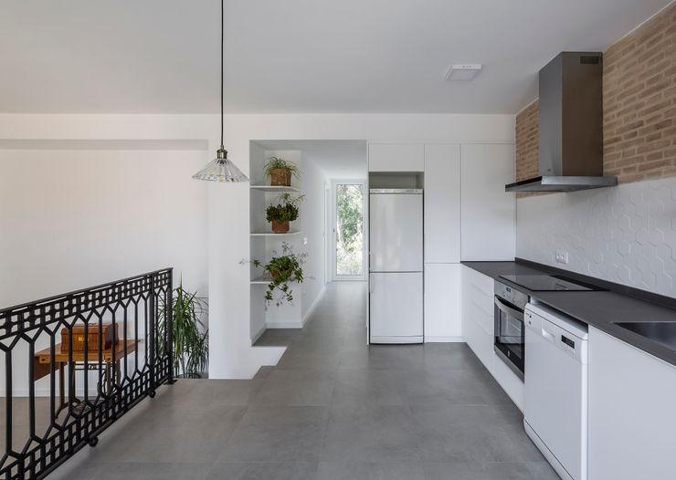Casa en La Murta tambori arquitectes Cocinas de estilo mediterráneo Blanco