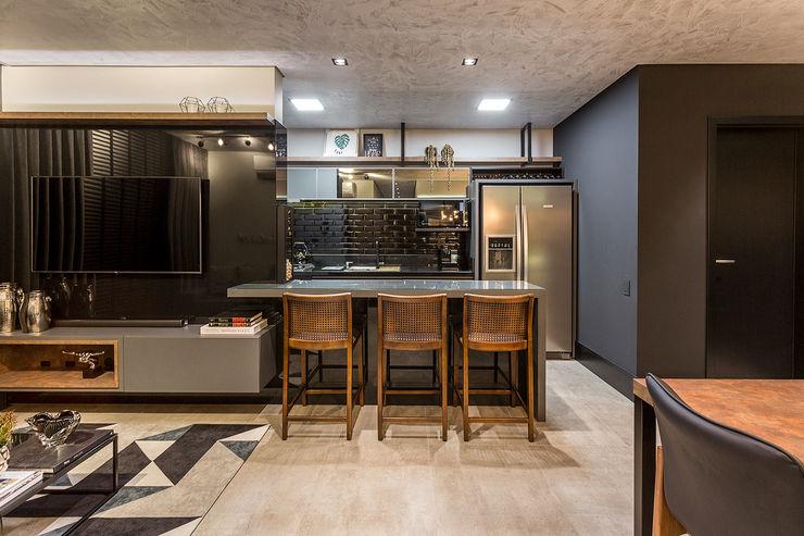 Cozinha integrada Juliana Agner Arquitetura e Interiores Sala de estarBancadas e bandejas Concreto Preto
