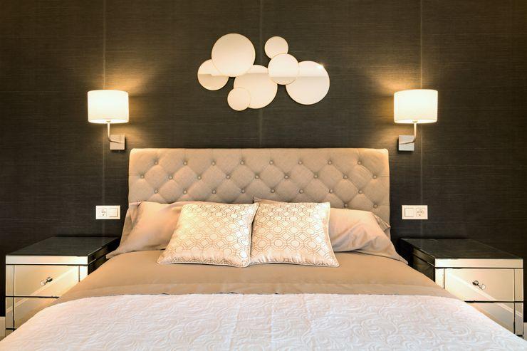 Dormitorio principal decorado con papel Kandy en color negro y mesitas de espejo. El cabecero es de lino en modelo capitoné. homify Dormitorios de estilo ecléctico Mármol Beige