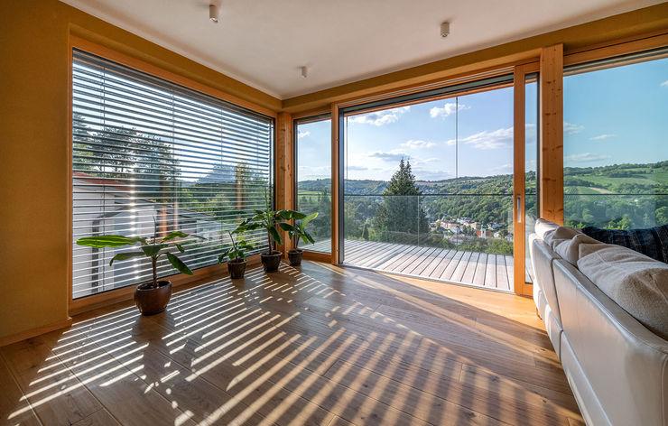 HAUS IN WEIDLING: Glasschiebetür AL ARCHITEKT - in Wien Moderne Wohnzimmer