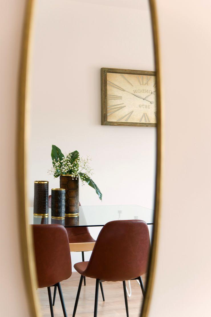 Detalle del comedor reflejado Markham Stagers Paredes y suelos de estilo escandinavo