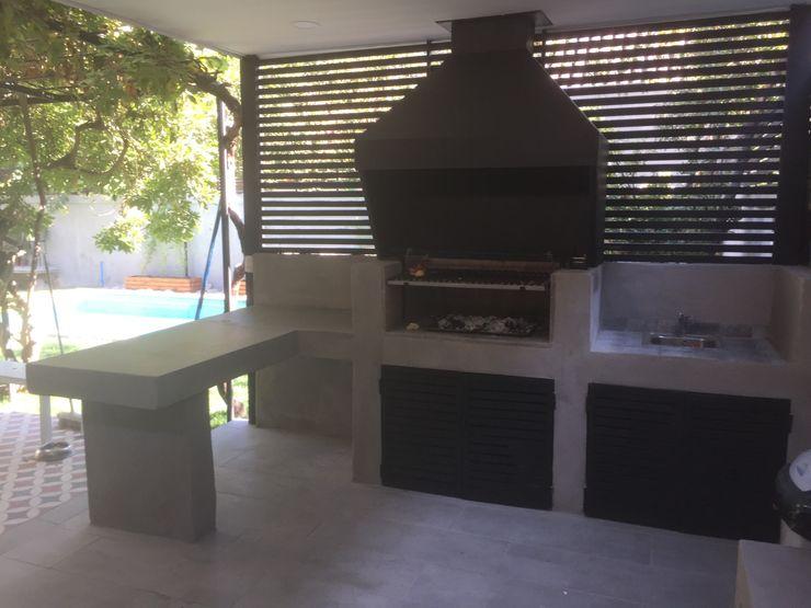 Quincho, Terraza y Piscina por ARQSOL Arqsol JardínBarbacoas
