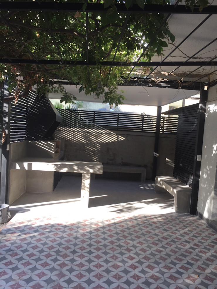 Terraza con estructura de fierros tubulares, materialidad metálica para sostener parron existente Arqsol Balcones y terrazas modernos