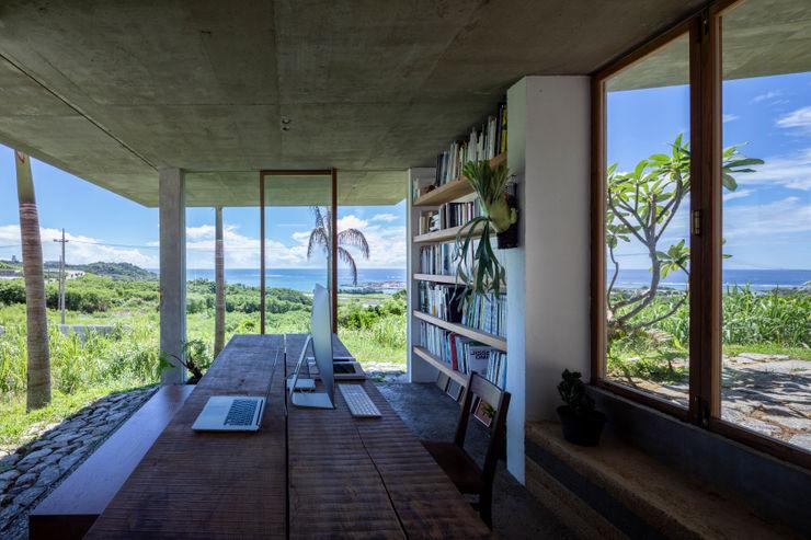 南城市の家 STUDIO COCHI ARCHITECTS ミニマルデザインの 書斎 無垢材 白色
